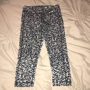 Under Armour black, white and gray print crop pant